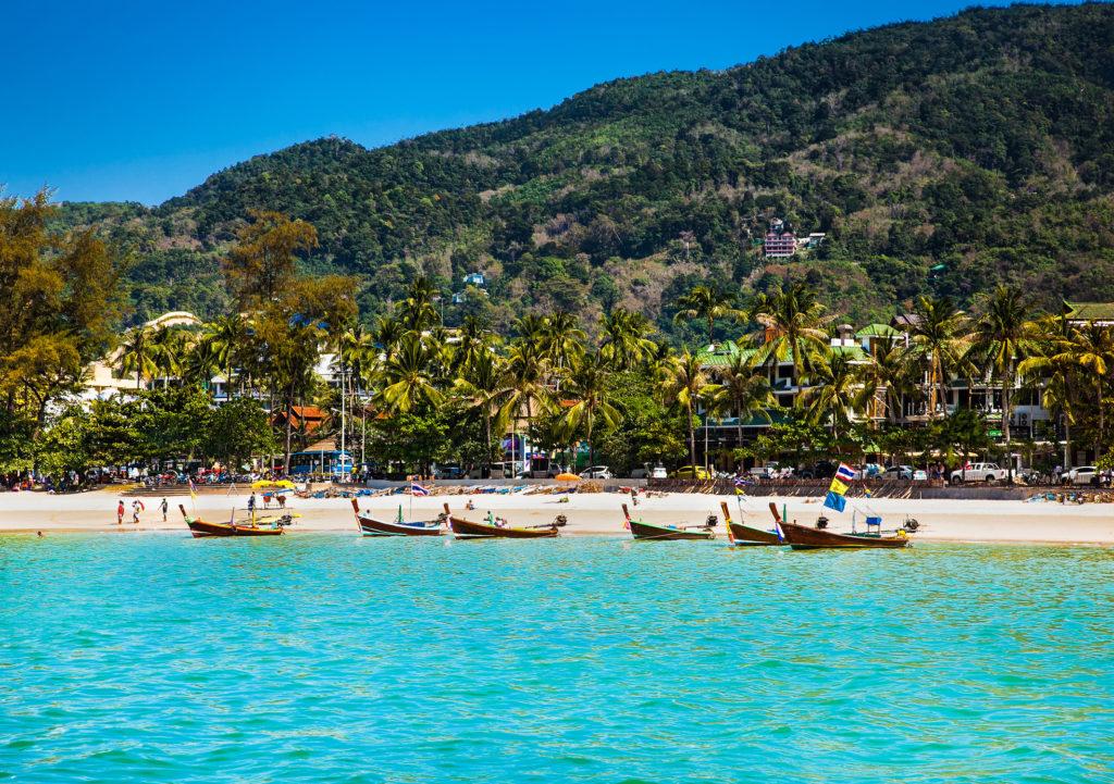 vue sur la plage de patong avec bateau de pêche