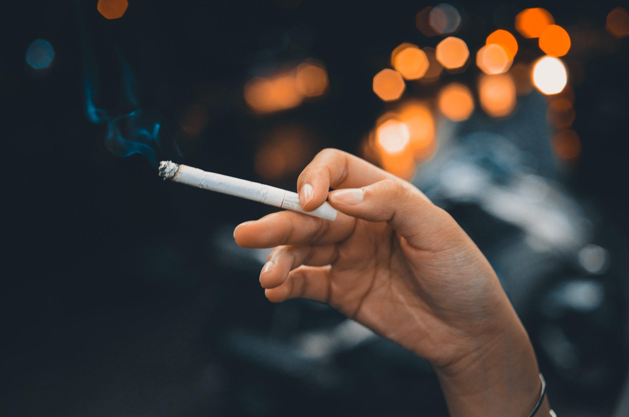 cigarette a la main