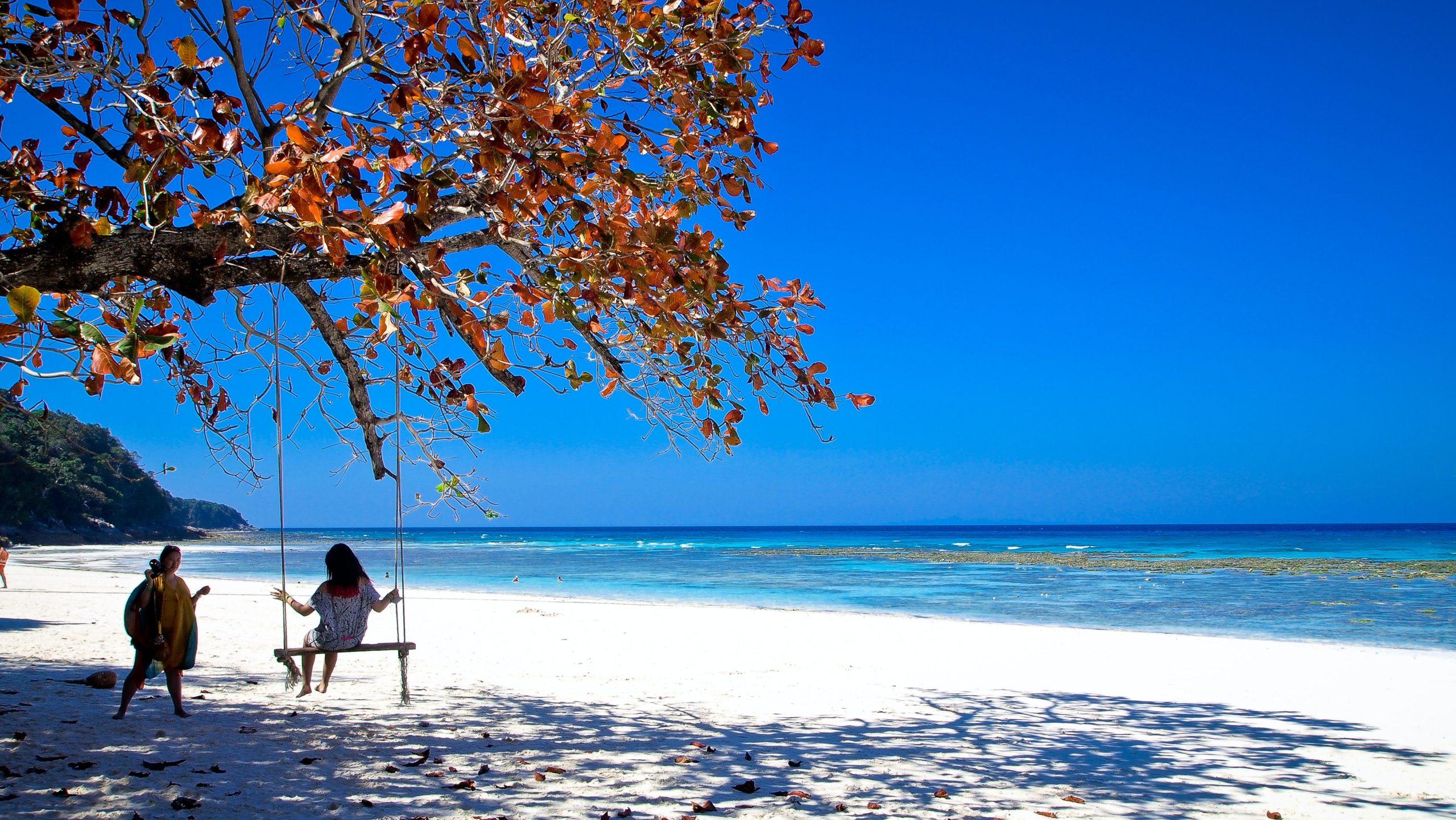 plage au sable blanc sur l'ile tachai en Thaïlande