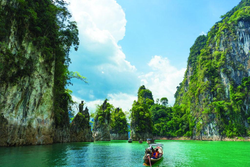 bateau sur l'eau dans le parc national khao sok