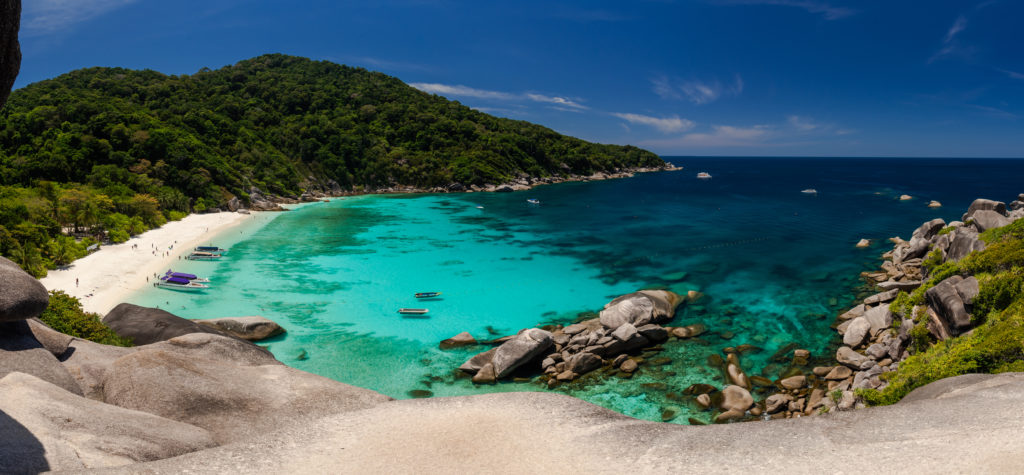 Vue paysage de la plage des îles Similan en Thaïlande. Belle montagne en arrière-plan et bateau dans la mer