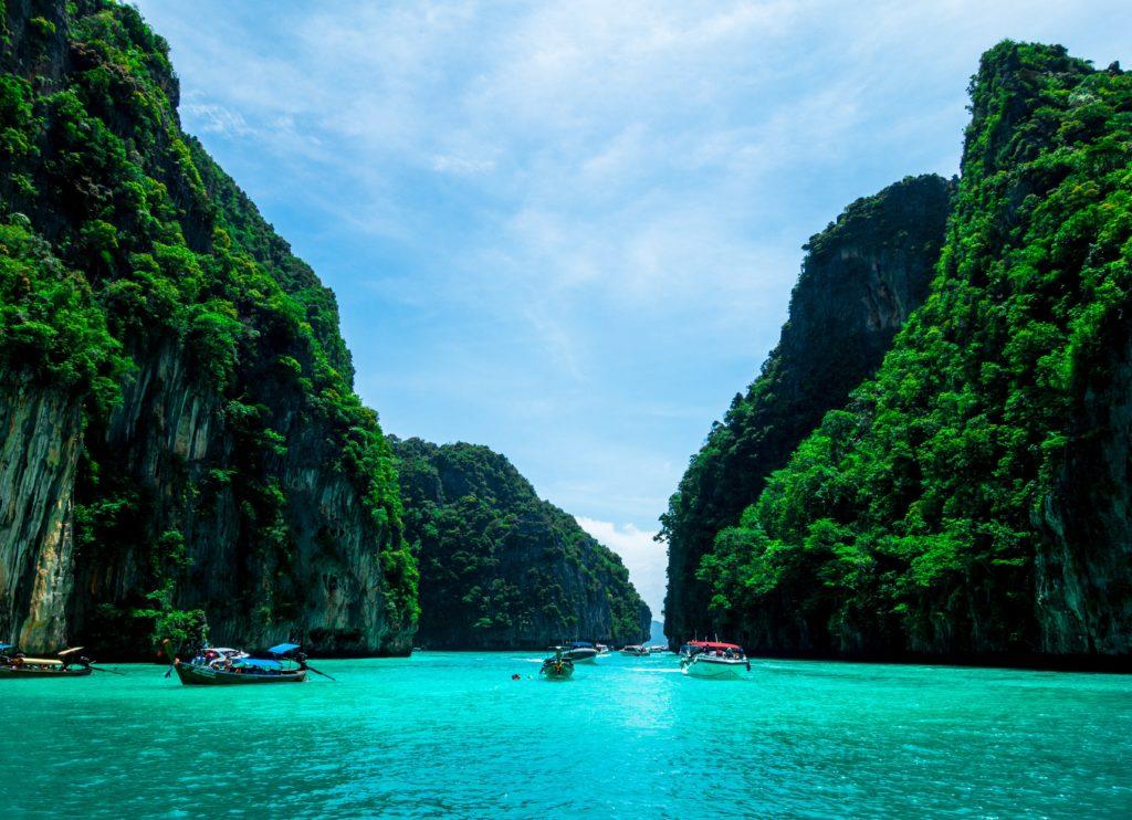 bateau sur la mer entre deux montagnes à phuket