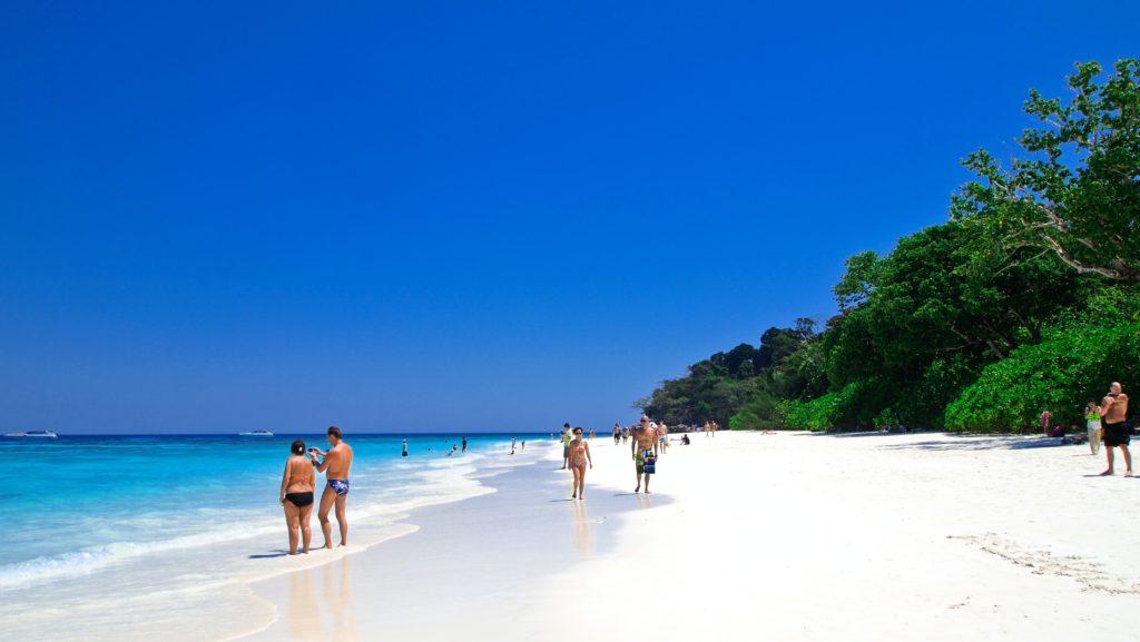 plage de l'ile tachai avec des touristes