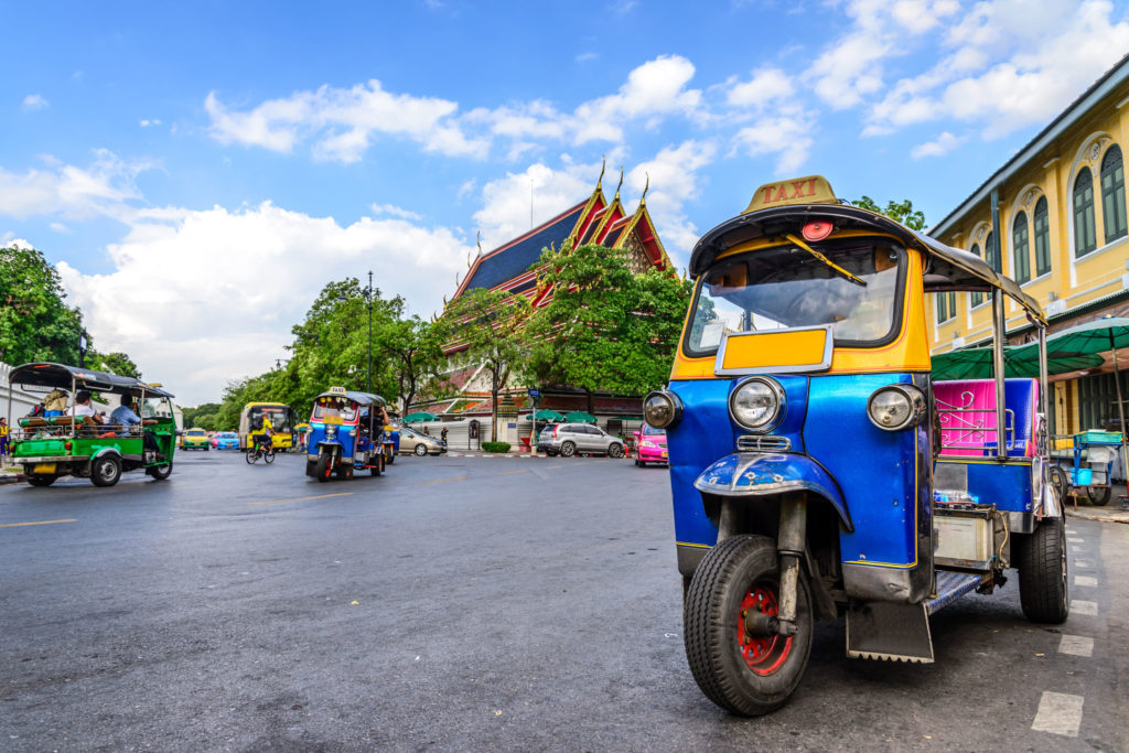 Tuktuk bleu en Thailande sur la route