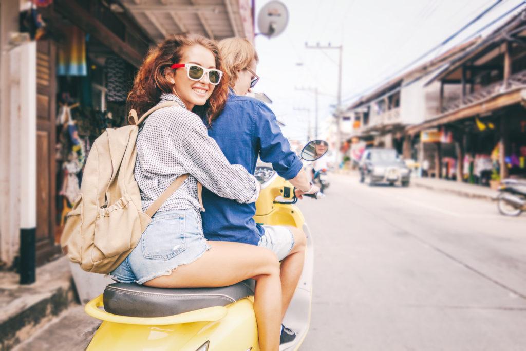 couple sur un scooter en location (thailande)