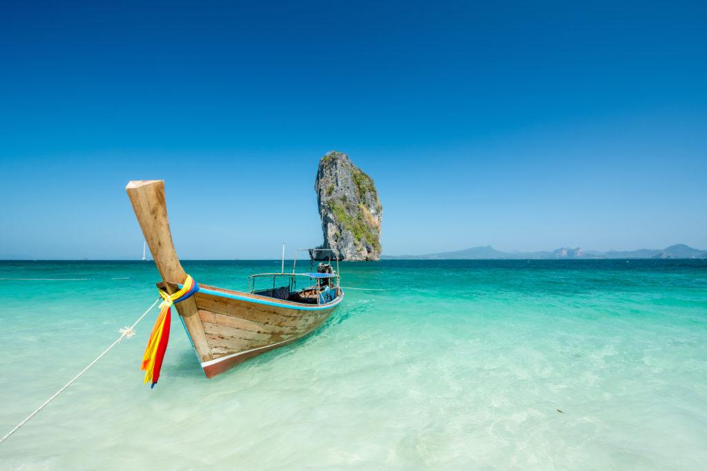 bateau sur la plage de krabhi en Thaïlande